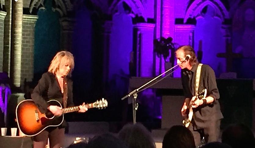 Lucinda Williams mit Stuart Mathis in der Berliner Aposte Paulus Kirche, 29.6.16