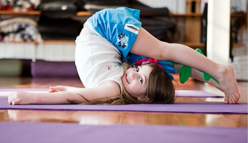 Kleines Mädchen macht Yoga
