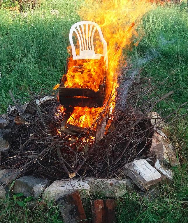 Brennender Plastikstuhl